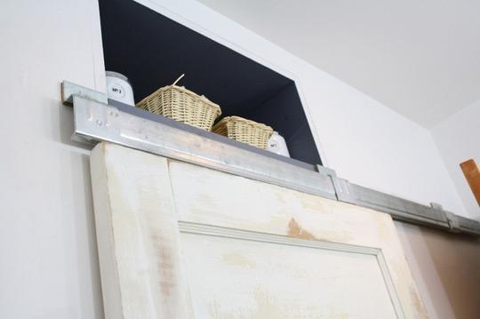 Puertas Correderas Para Un Baño:para el nuevo sistema de puerta corredera se ha usado una vieja puerta