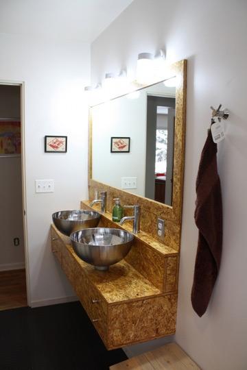 Baño Reformado Ducha:Buscaban un look moderno sin que ello supusiera un gran desembolso, y